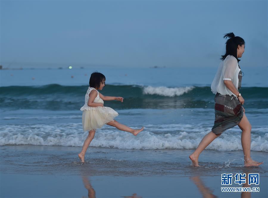 福建省に観光シーズン到来 海辺で楽しむ観光客