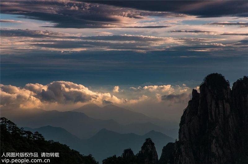 黄山に広がる雲海 夕刻に織りなす霞の絶景
