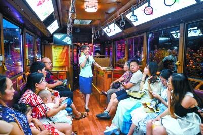 北京初の路面電車による夜景観光、乗客満載で発車オーライ!