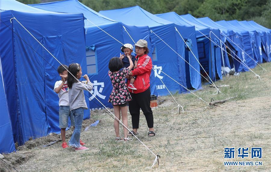 四川九寨溝地震被災地に臨時避難所を設営