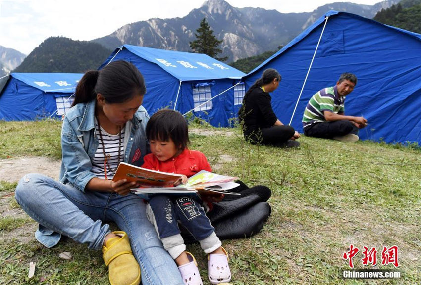 九寨溝地震の被災地に書籍や衛星放送 テントの中での「新生活」 四川省