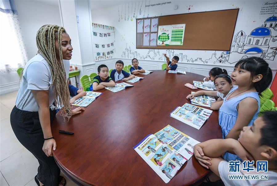中国の小さな街で英会話を教える南アフリカ人の女性 浙江省