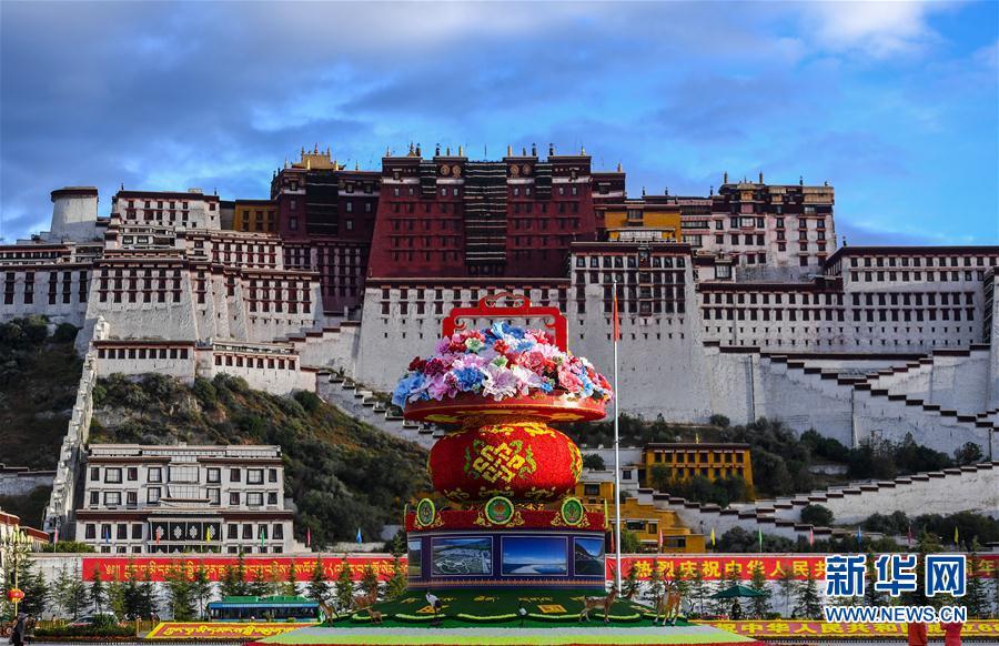 チベット・ポタラ宮広場 国慶節迎える色とりどりの花