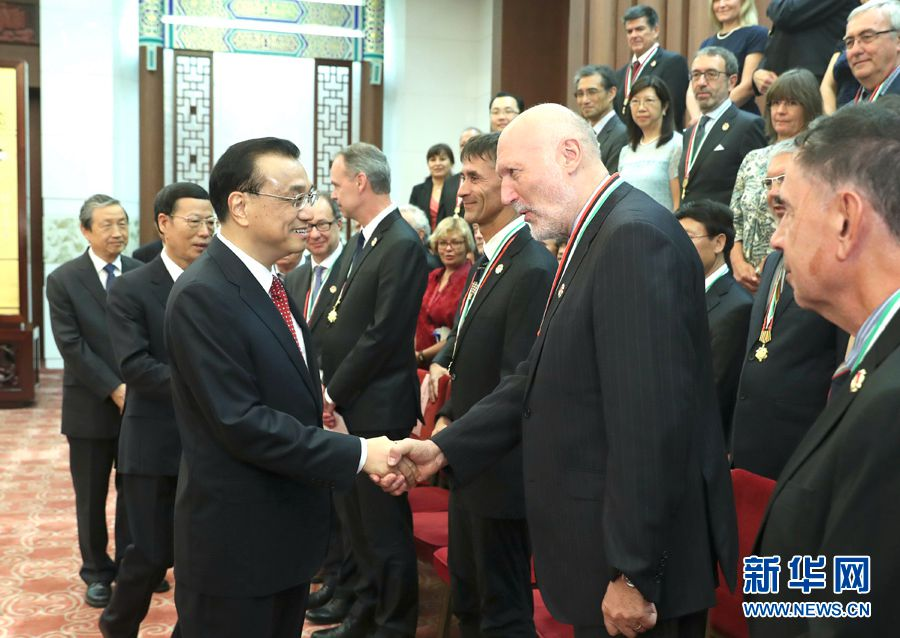 李克強総理 「友誼賞」受賞の外国人専門家と会談