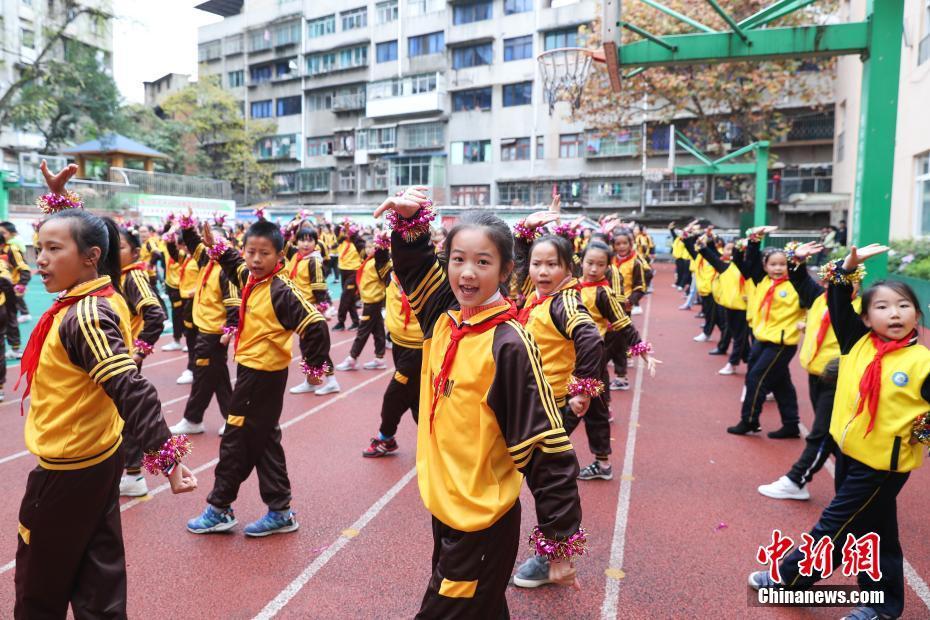 小学校で京劇の動作を取り入れた「戯曲ラジオ体操」創作 貴州省