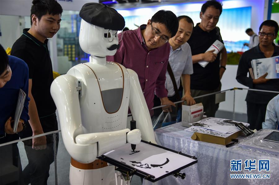 中国国際ハイテク成果交易会で各種ロボットが人気を博す