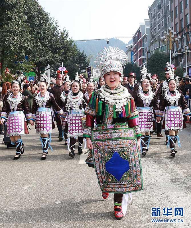 民族衣装で街中をパレード トン族の年に1度の祭り 貴州省