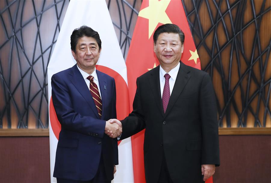 近平国家主席が日本の安倍晋三首相と会談