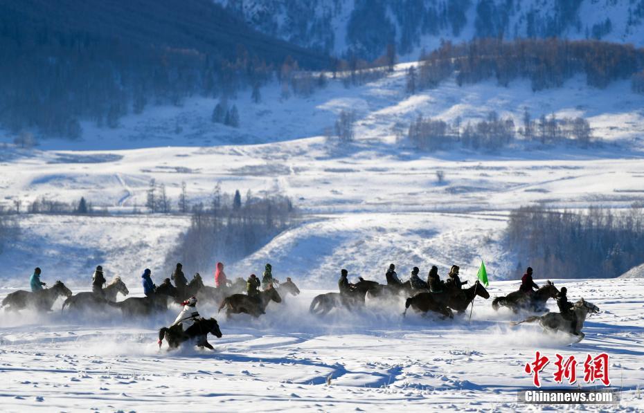新疆の村で50センチの積雪 雪遊びを楽しむ観光客と村民