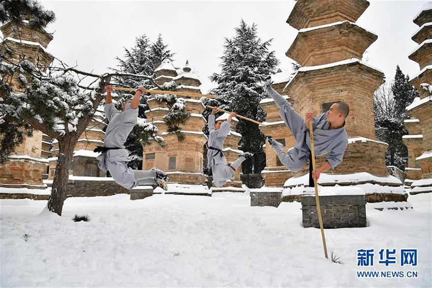 少林寺の武僧たち、雪の中で妙技披露 河南省