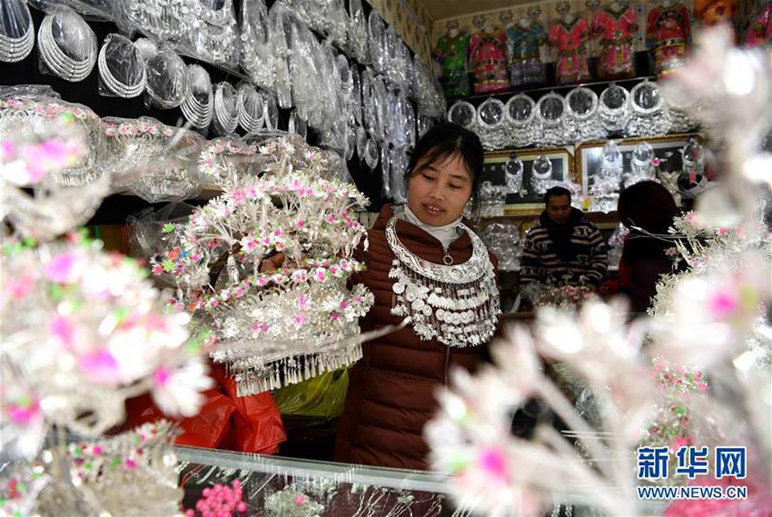 春節に備え銀装飾品の調達を始める榕江県の人々 貴州省