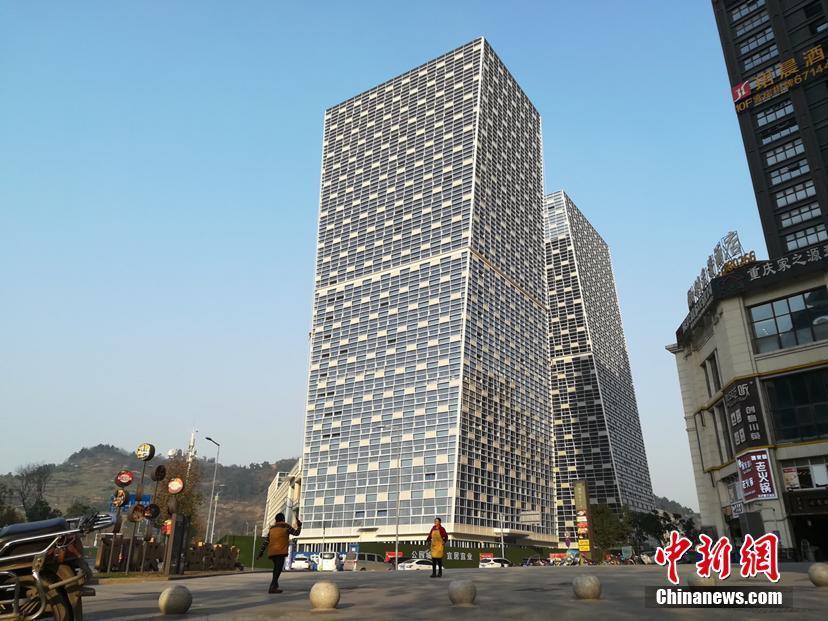 傾いたビルが全く倒れない 重慶市に再びユニークな建物出現