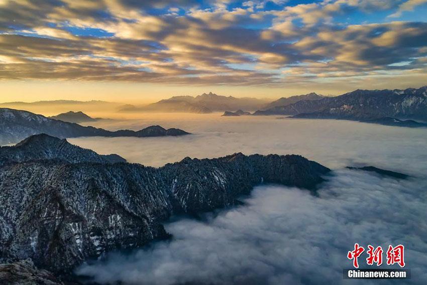 雲海から顔をのぞかせる雪山の美しい景色 四川省