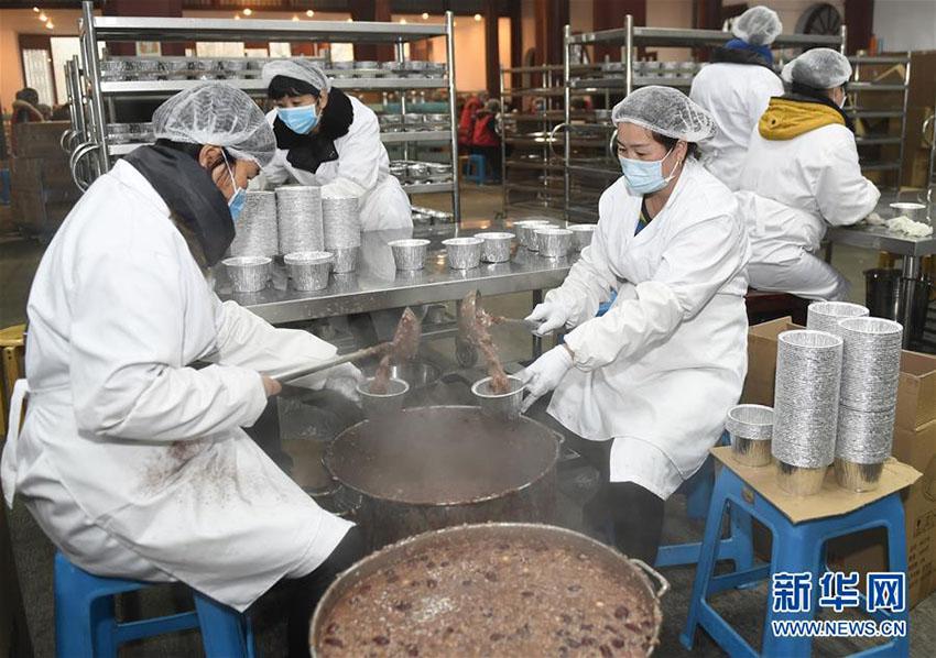 臘八節に食べる臘八粥30万食以上を無料配布 杭州霊隠寺
