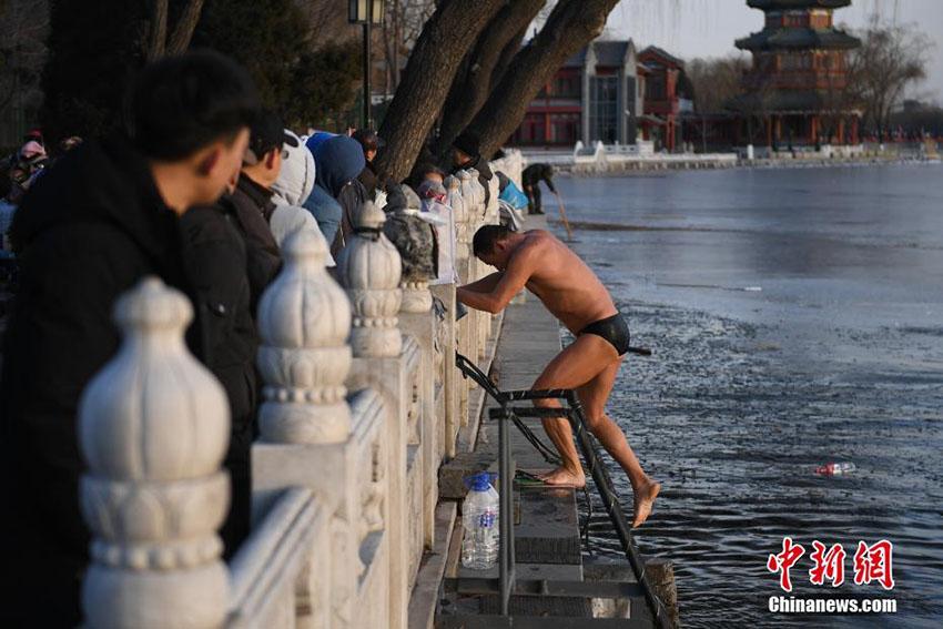 厳しい寒さ続く北京市 寒さをものともせず寒中水泳する人も