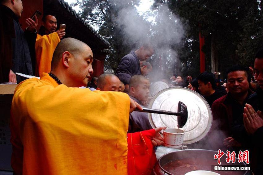 河南省少林寺で「臘八節」の法会、人々に臘八粥を無料配布