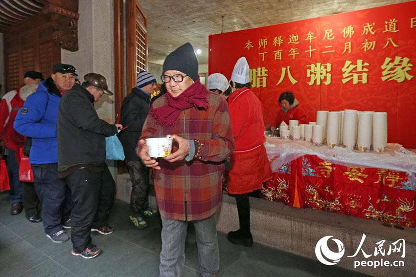 上海市静安寺で臘八粥を無料配布 長蛇の列を作るほどの人気ぶり