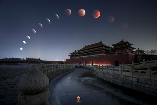 紫禁城の上に浮かぶ赤い月 北京市