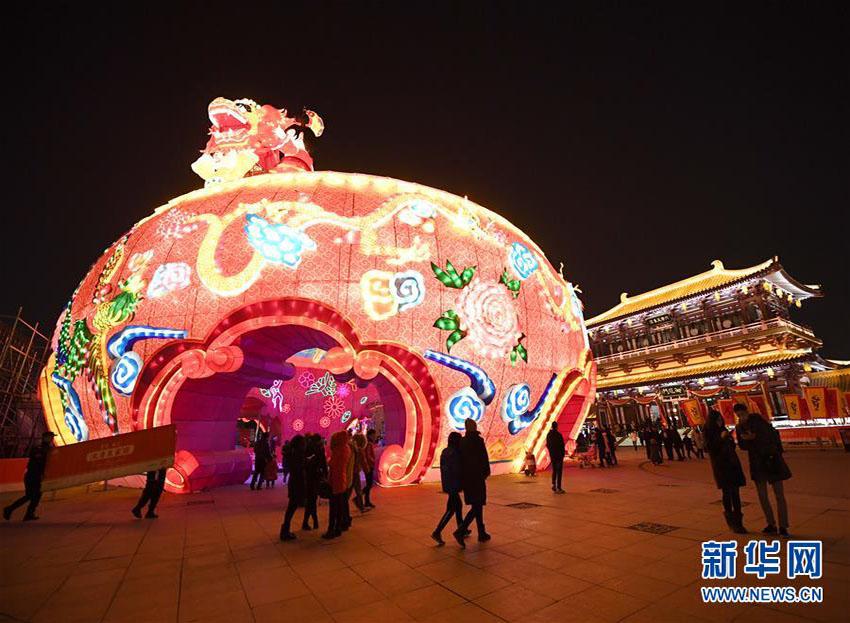 カラフルな花型の灯籠で新春を迎える 西安市