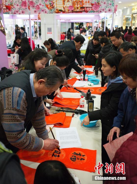 春節間もなく到来 手書きの春聯を受け取る北京市民