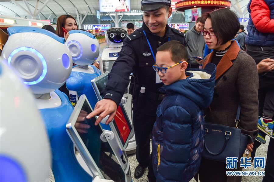警官ロボットが深セン北駅に登場 広東省