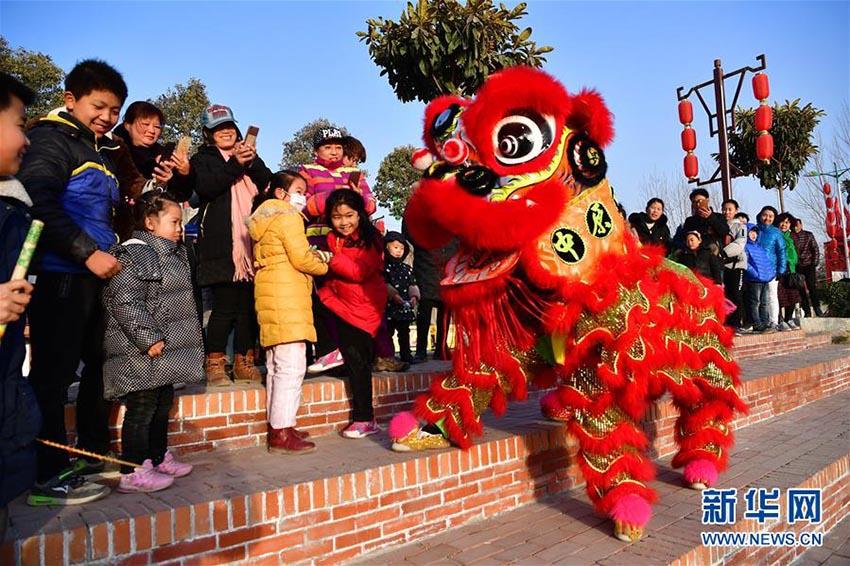 河南省の五竜山で伝統文化溢れる新年祝う民俗大廟会