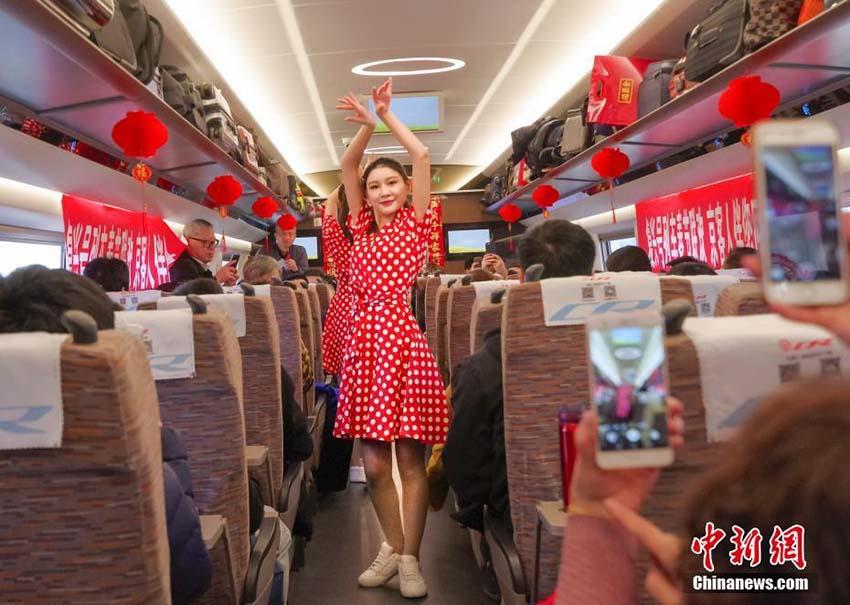 高速鉄道「復興号」車内で春節イベント、乗務員がパフォーマンス披露