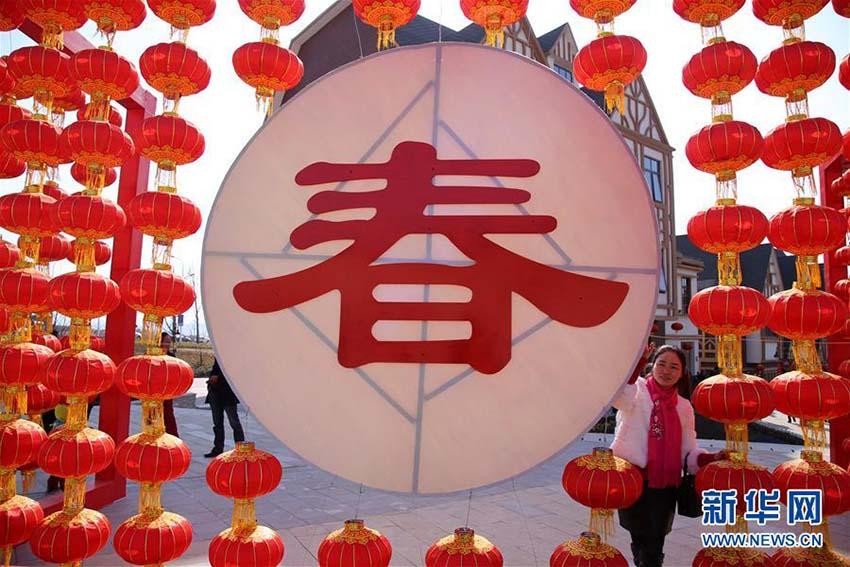 街中にあふれる赤色の装飾 春節のお祝いムードに包まれる中国各地