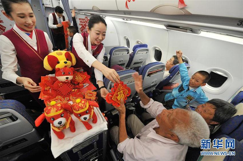 上空1万メートルで年越しの雰囲気を堪能する乗客
