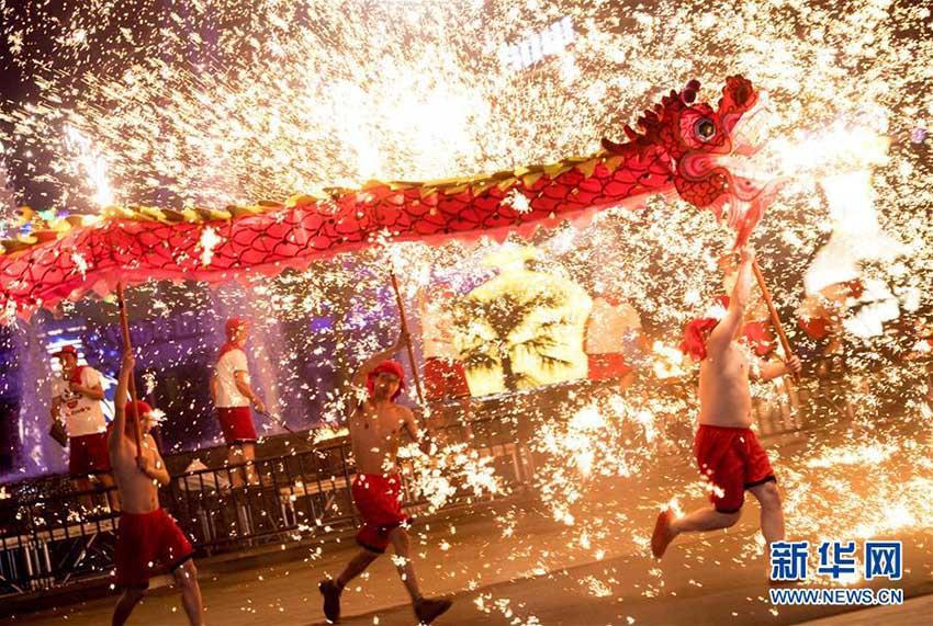 武漢の遊園地で、元宵節祝う「火龍鋼花」のパフォーマンスを披露
