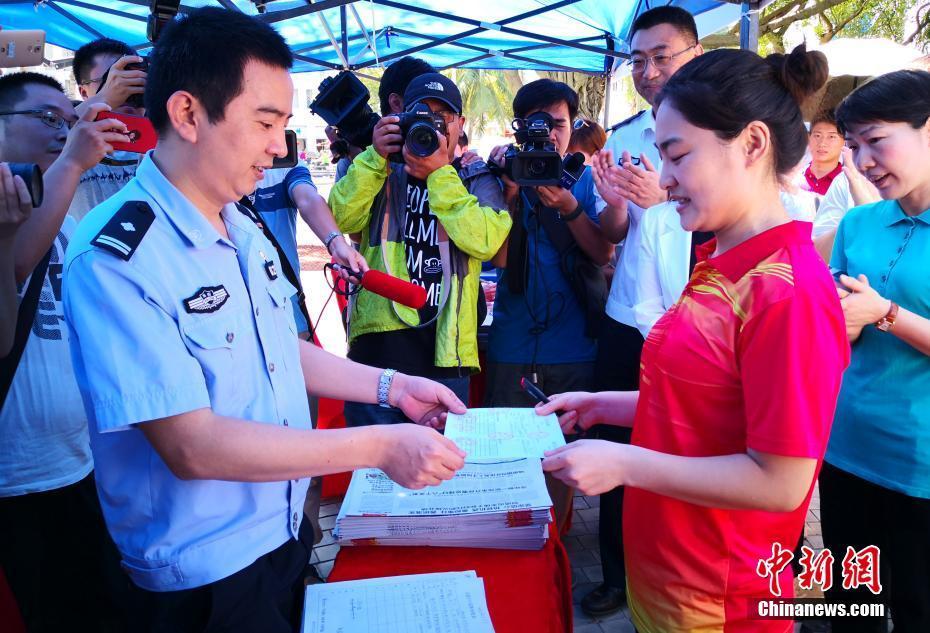 「人材百万人を海南に」新政策実施後、初の「永住許可証」発給  海南省