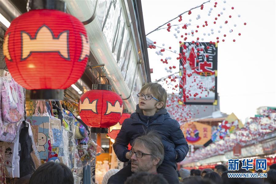 浅草の商店街にお正月飾り 観光客で賑わう