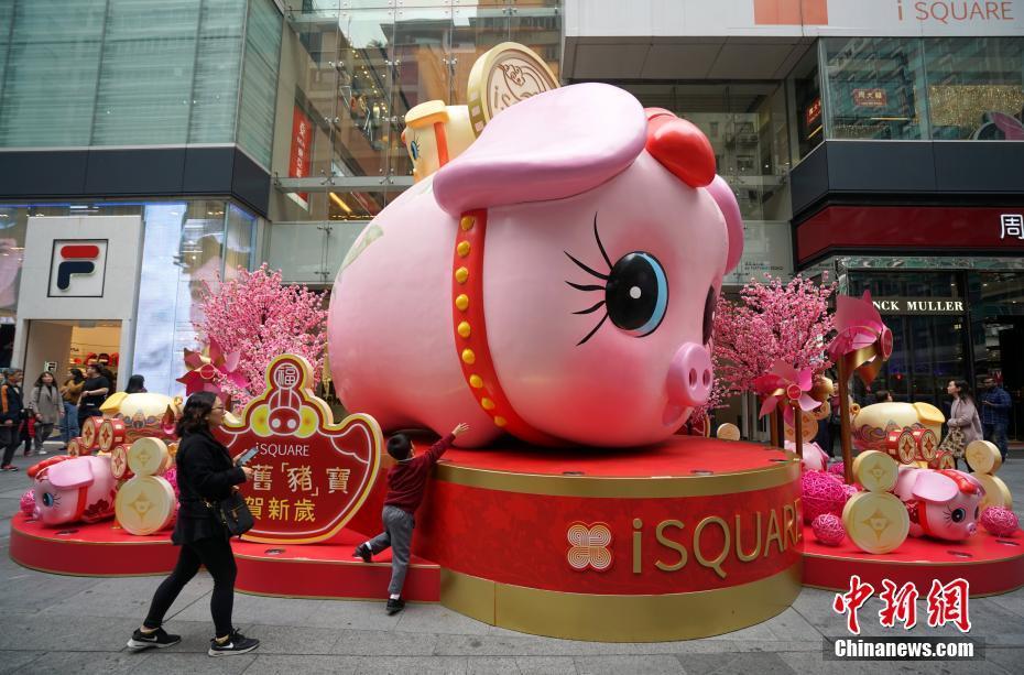 香港の街に満ちる新春ムード いのししバルーンが人気