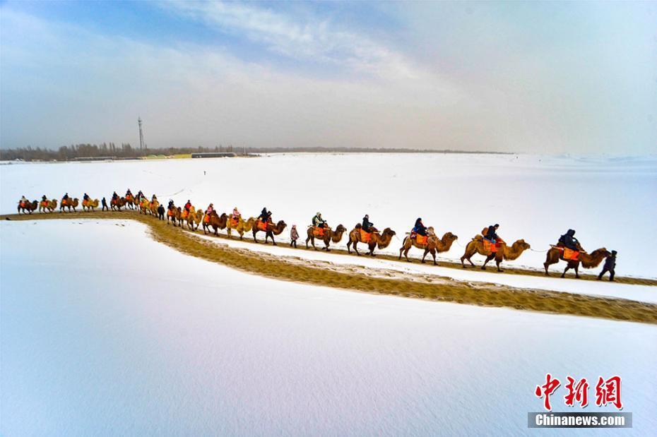 甘粛・敦煌で新春の雪景色 ゴビ砂漠も真っ白