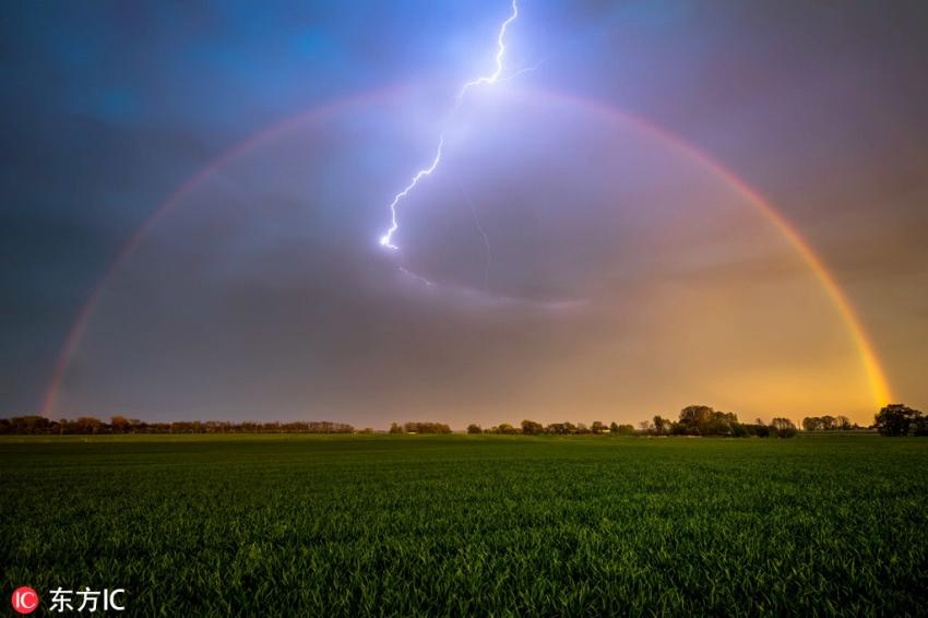 雷が虹に「命中」した瞬間を捉えた美しい写真