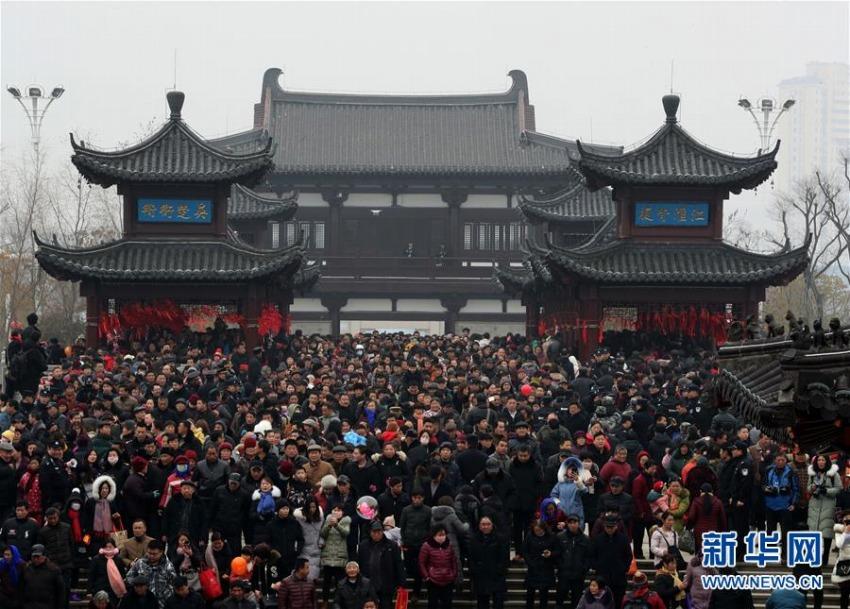 橋を渡る伝統行事「正月十六走太平」 安徽省