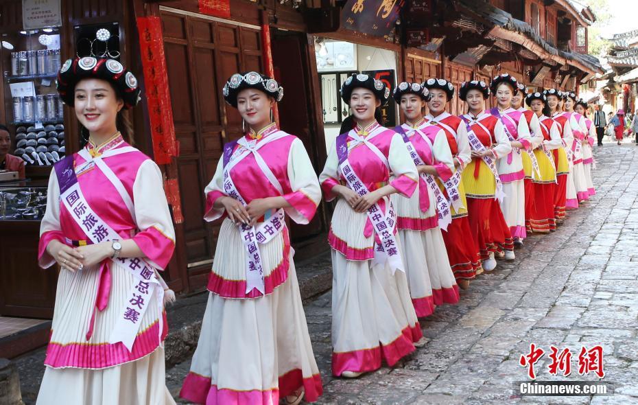 2019ミス・ツーリズム・インターナショナル中国予選出場者が麗江古城を観光