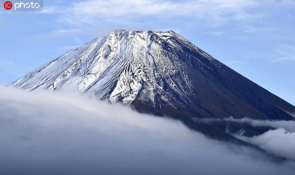 富士山が初冠雪で仙境さながらの雪景色に 日本・山梨県