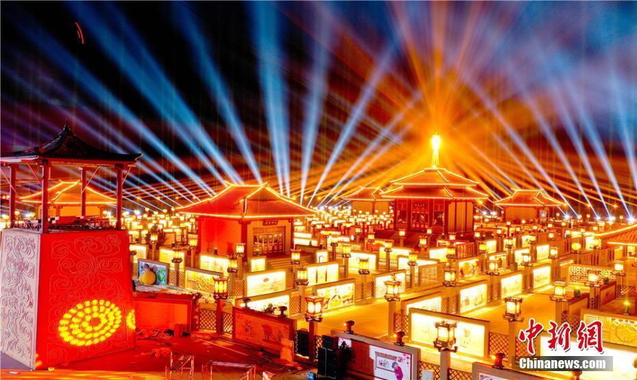 中国で最大のちょうちん回廊「九曲黄河灯陣」 甘粛省