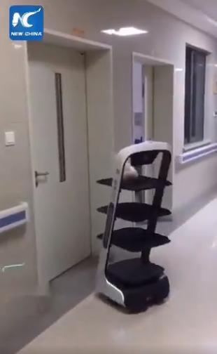 中国の隔離病室に食事を届けるロボット