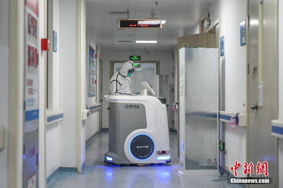 広東省の病院で院内感染リスク軽減に医療物資を配送するロボット導入