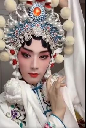 京劇の女形である旦角のメイクアップ様子