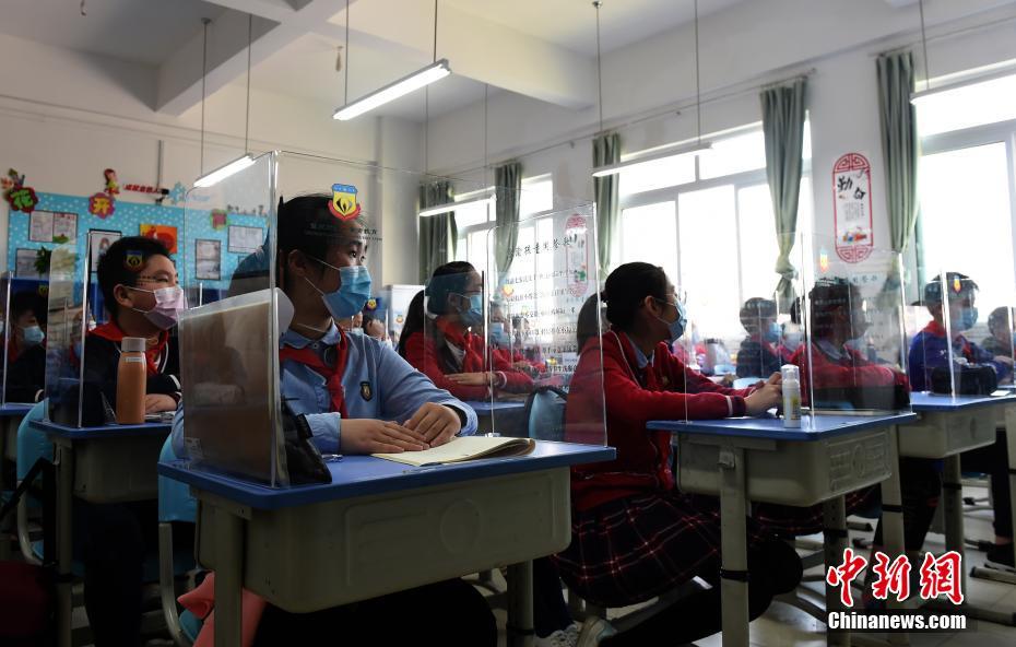 重慶市内小学校および中学の授業正式に再開、机に透明の隔離板設置