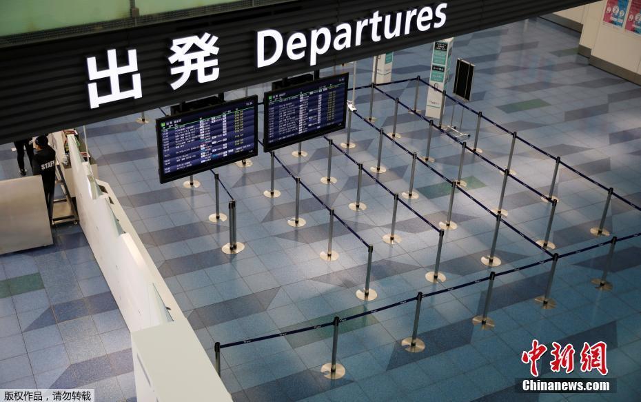 四月末、東京の羽田空港出発ロビーの様子