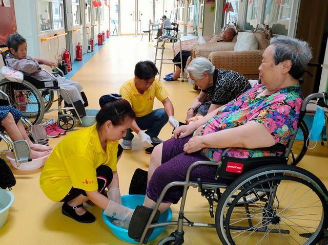 介護サービス職に就く大学学部生に6万元の奨励金 北京