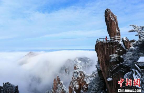 安徽省の黄山で今シーズン初の大雪水墨画のような絶景広がる