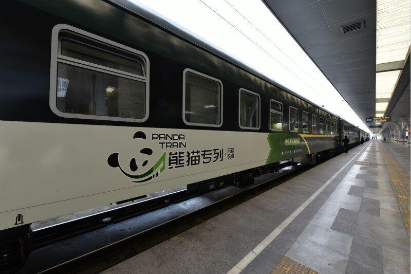 パンダ特別列車24日、四川省成都駅を出発