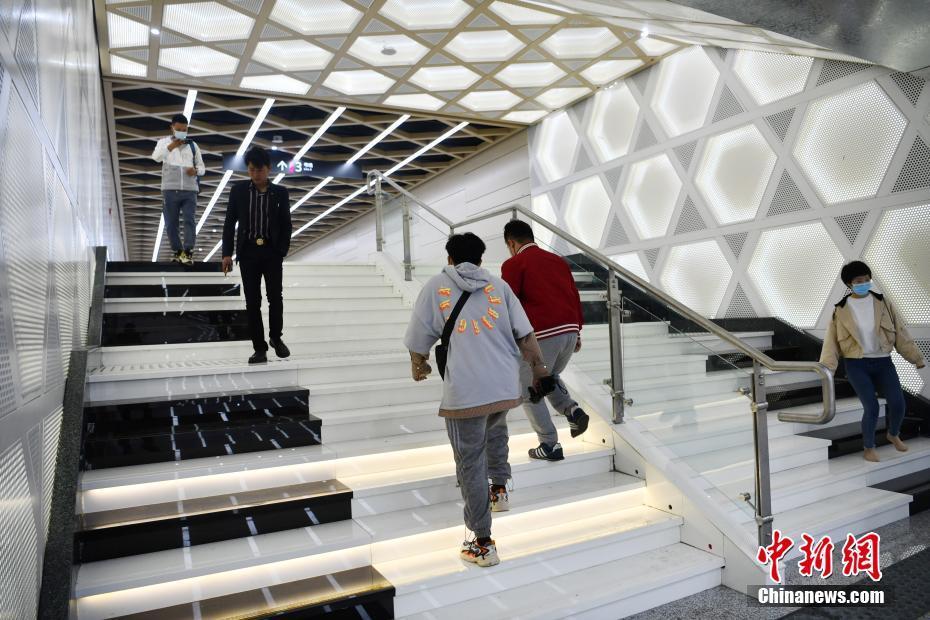 地下鉄駅に「鍵盤の階段」が登場 四川省成都