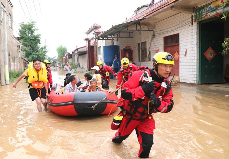 豪雨の中、奮闘する救援部隊の人々 河南省